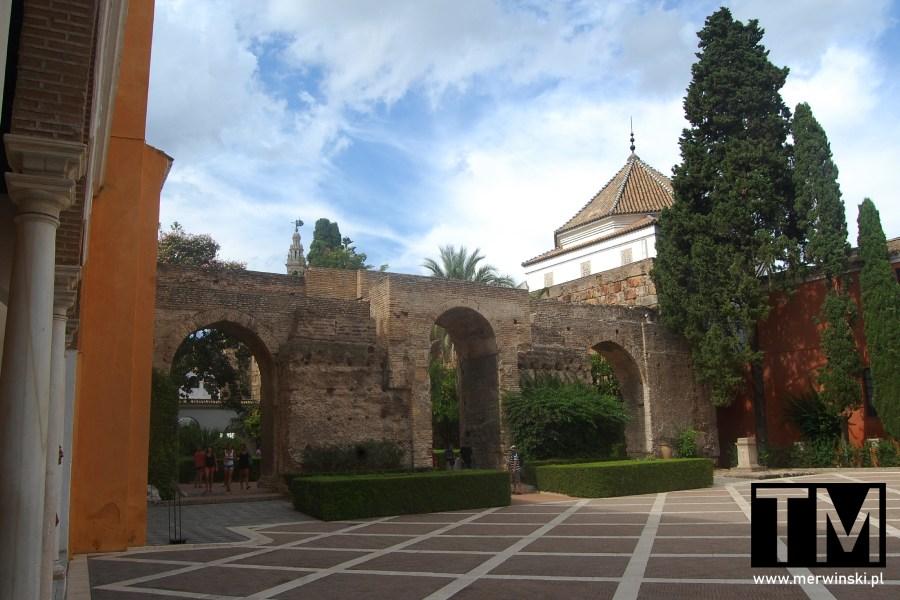Mury na terenie pałaców królewskich w Sewilli