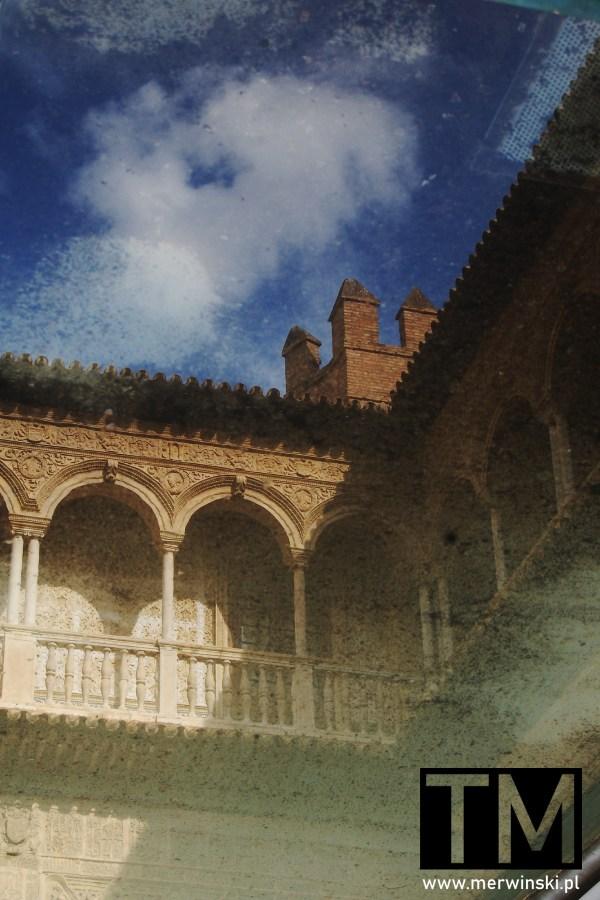 Basen na terenie pałacu Real Alcázar