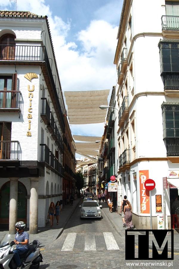 Jedna z uliczek przy katedrze w Sewilli