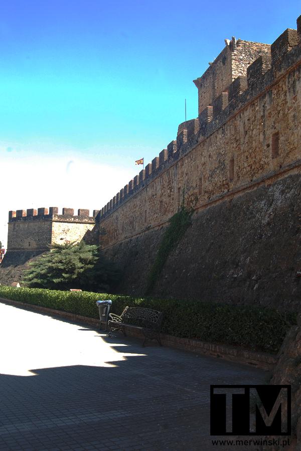 Mury obronne w Andaluzji i flaga Hiszpanii