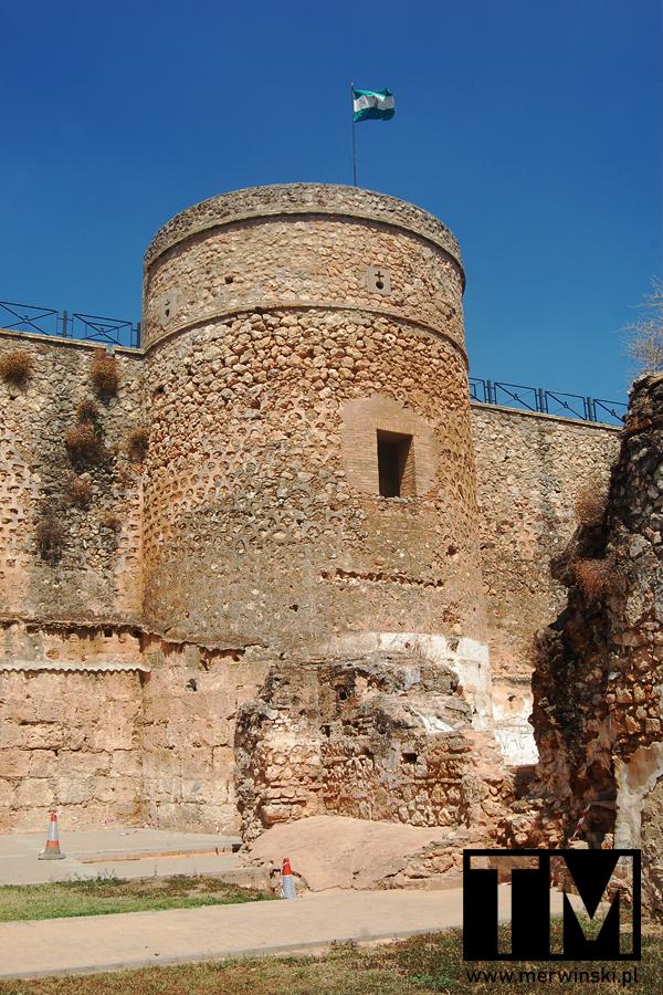 Wieża obronna w Niebli i flaga Andaluzji