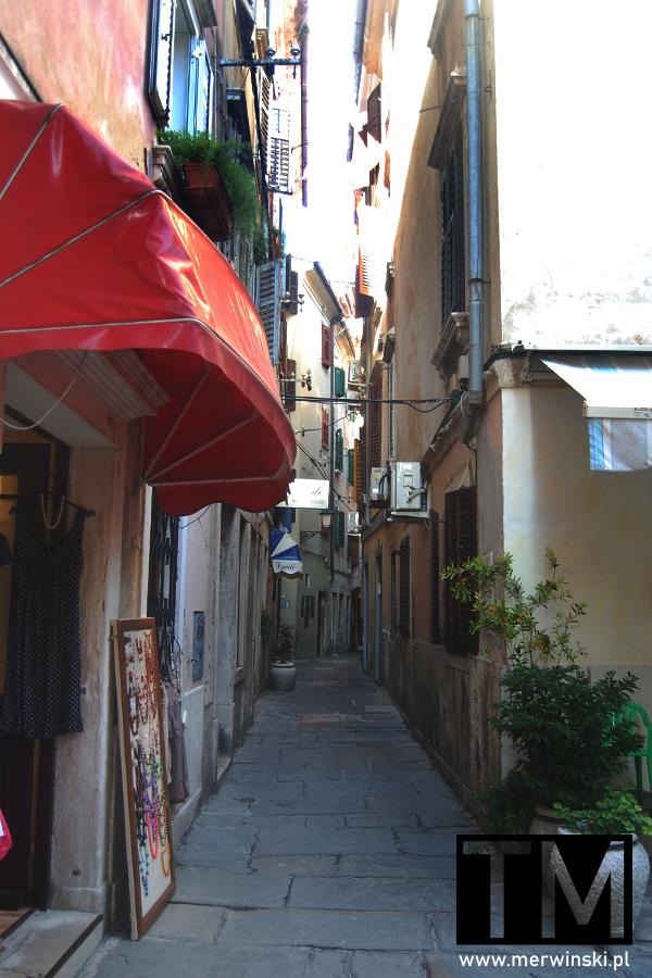 Wąskie uliczki w Piranie