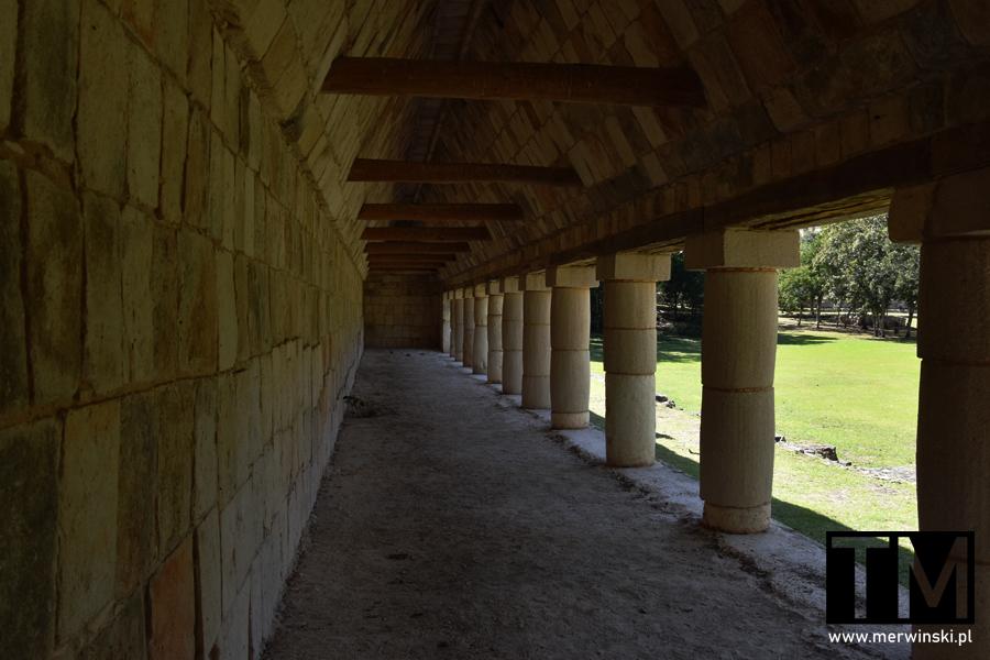 Cień pośród majańskich ruin w Uxmal