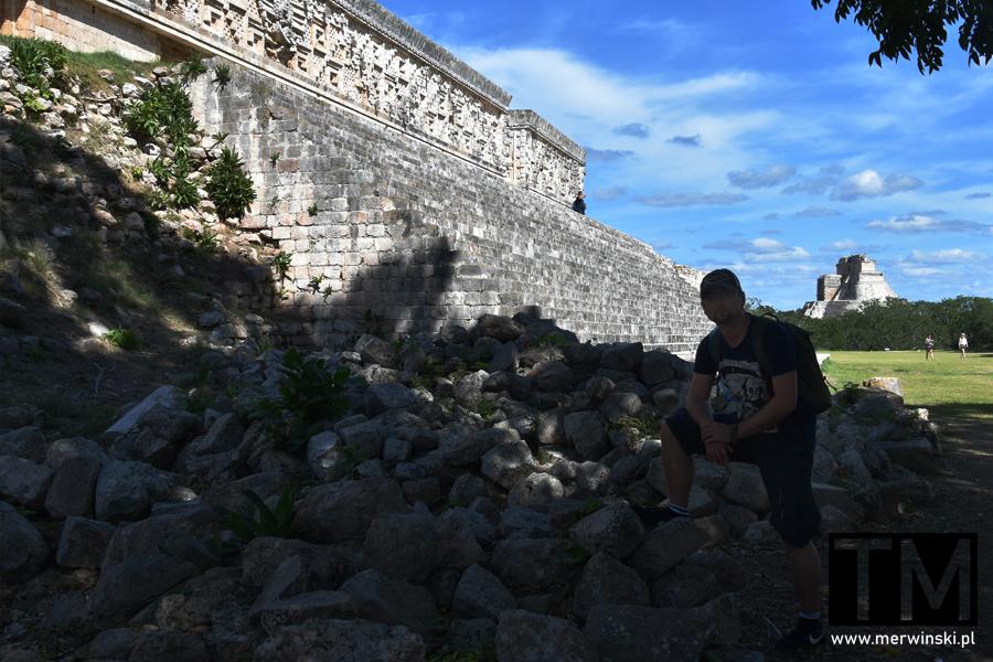 Tomasz Merwiński przy majańskich ruinach na Jukatanie