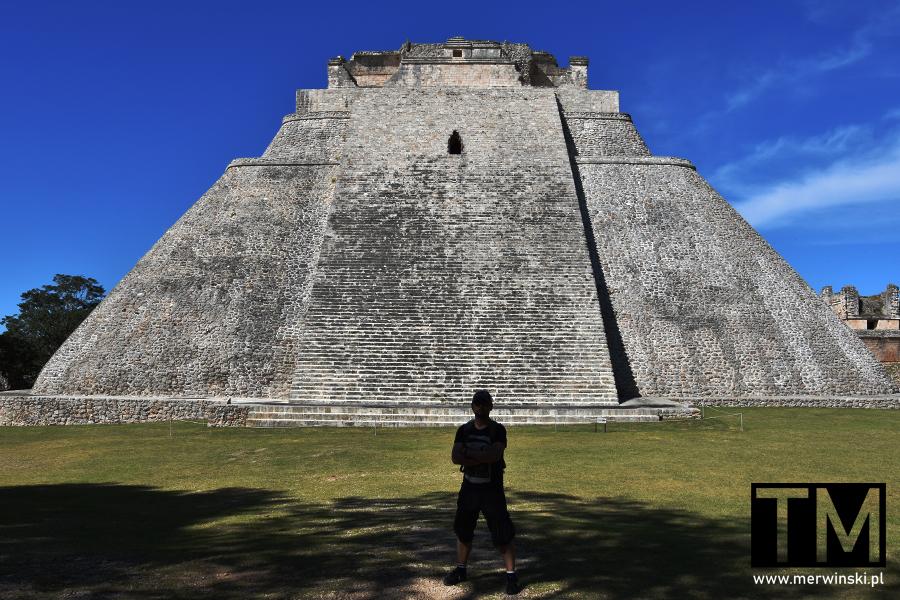 Tomasz Merwiński przed piramidą Majów w Uxmal