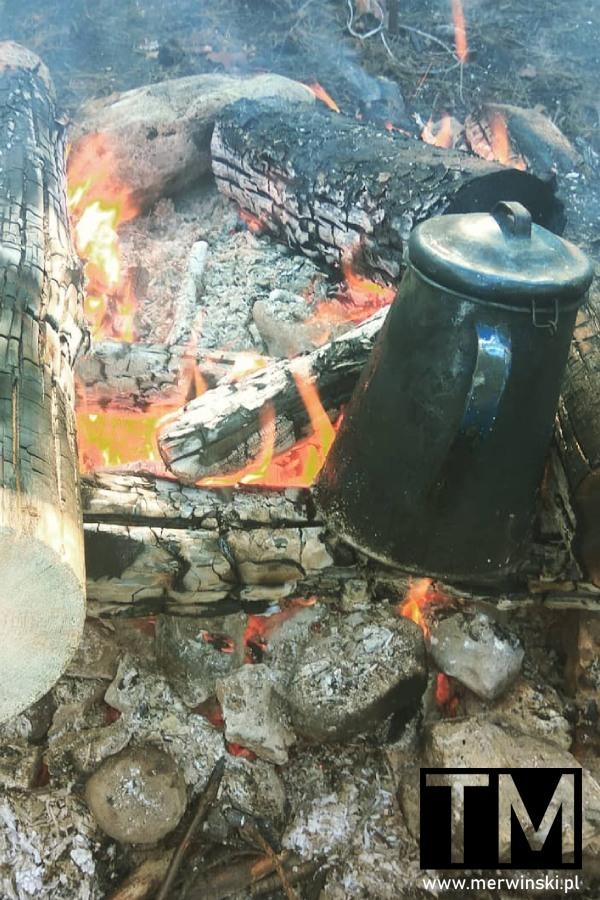 Dzbanek z kawą na ognisku