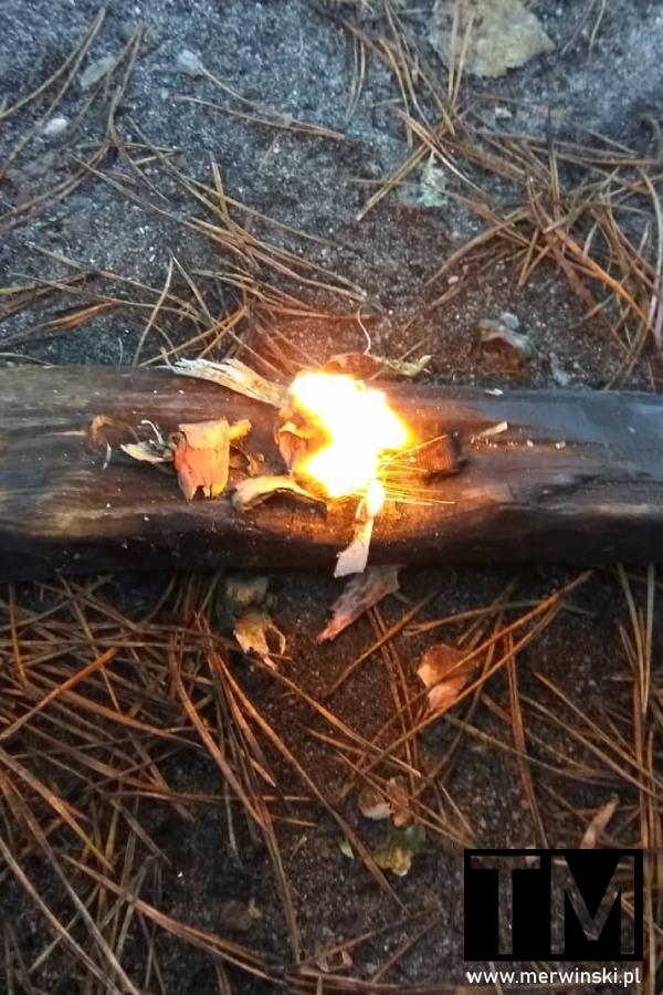 Krzesanie ognia krzesiwem i rozpalanie ognia