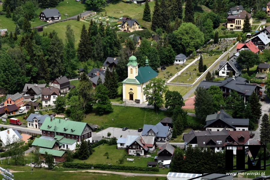 Widok na kościół św. Wacława w Harrachovie