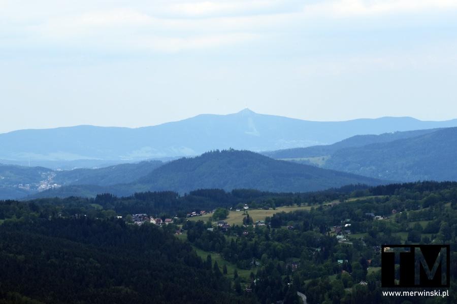 Widok na okoliczne góry ze szczytu Czarciej Góry w Harrachovie
