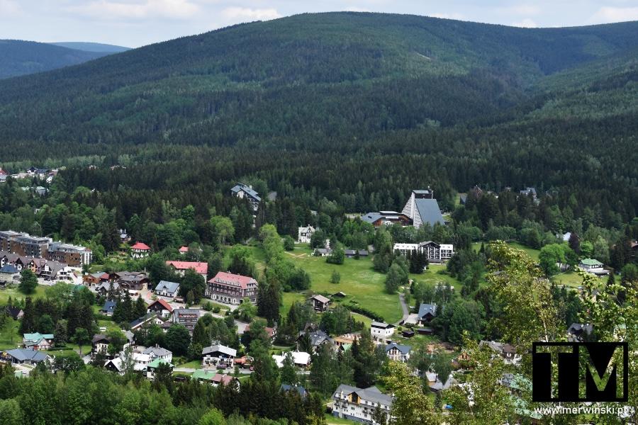 Widok na Harrachov i góry z kolejki linowej na Czarcią Górę