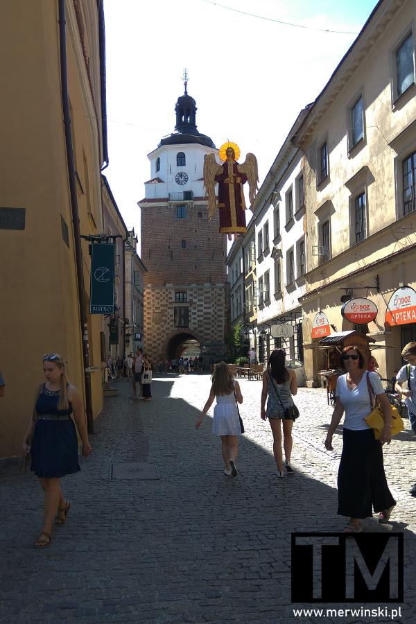 Widok na uliczkę i Bramę Krakowską w Lublinie