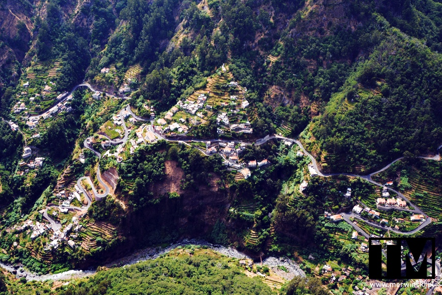 Widok z góry na Dolinę Zakonnic i kręte drogi