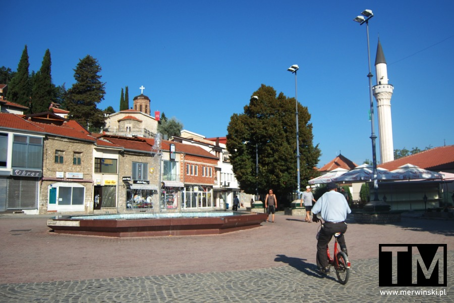 Plac z fontanną w Ochrydzie i minaret meczetu Halveti Hayati Tekke