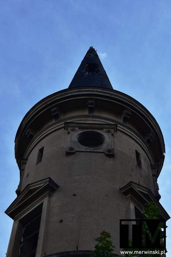 Wieża ruin pałacu w Piotrówku na Dolnym Śląśku