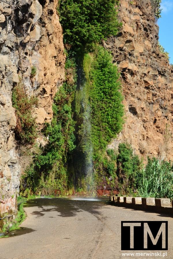 Wodospad spadający na drogę na Maderze
