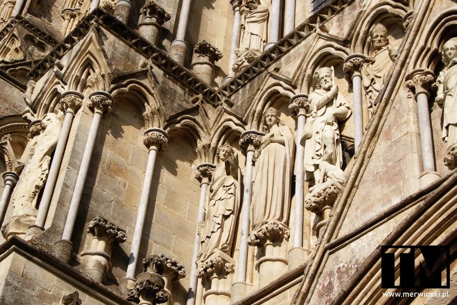 Szczegóły zdobień elewacji katedry w Salisbury