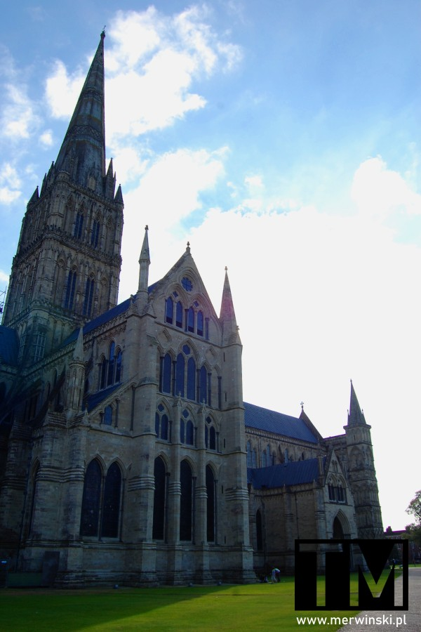 Wieża i elewacja katedry w Salisbury