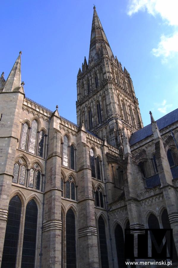 Wieża i bok katedry Salisbury