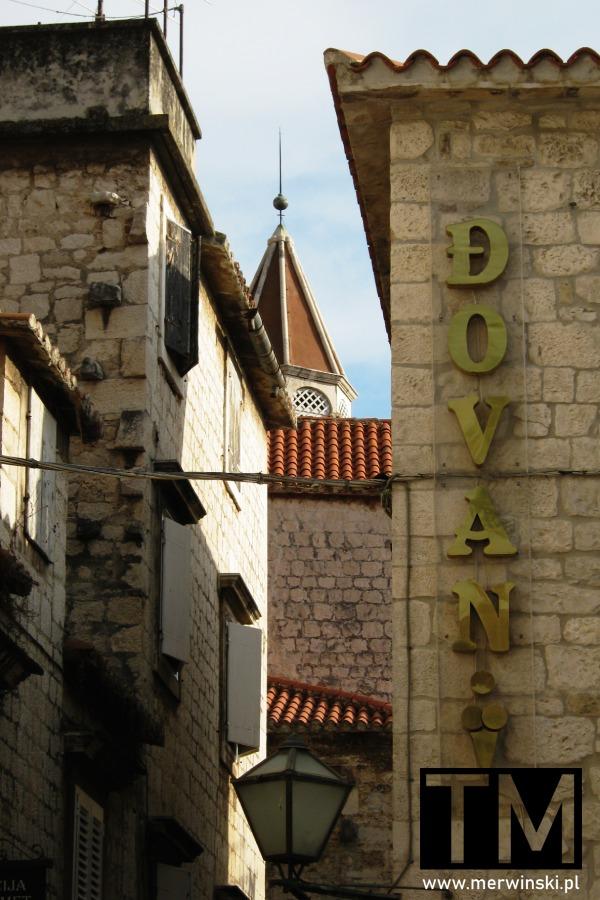Wąskie uliczki w Trogirze