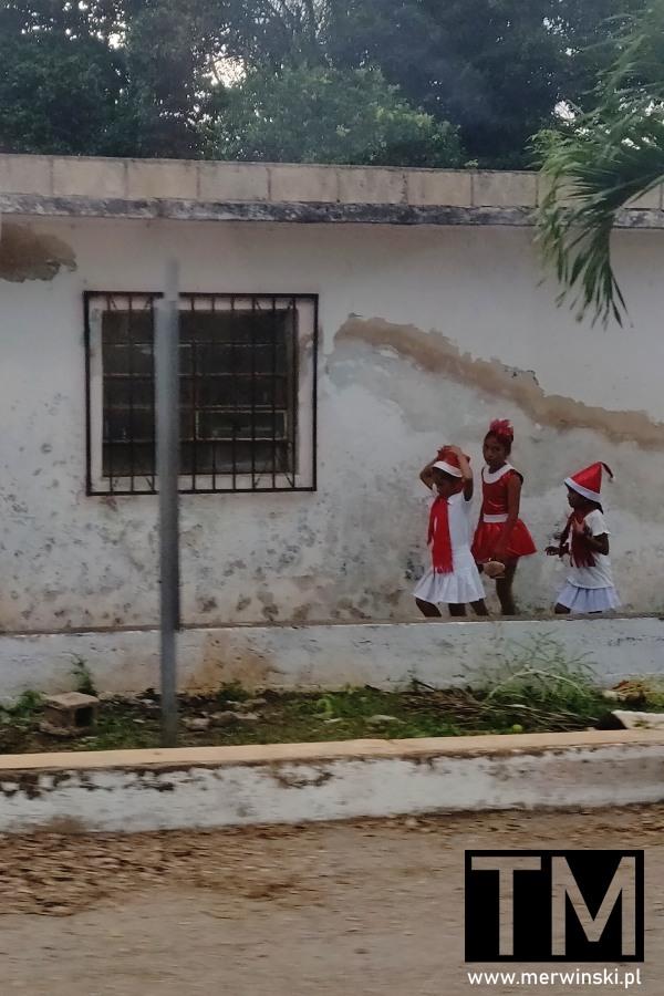 Meksykańskie dzieci w czapeczkach mikołajkowych