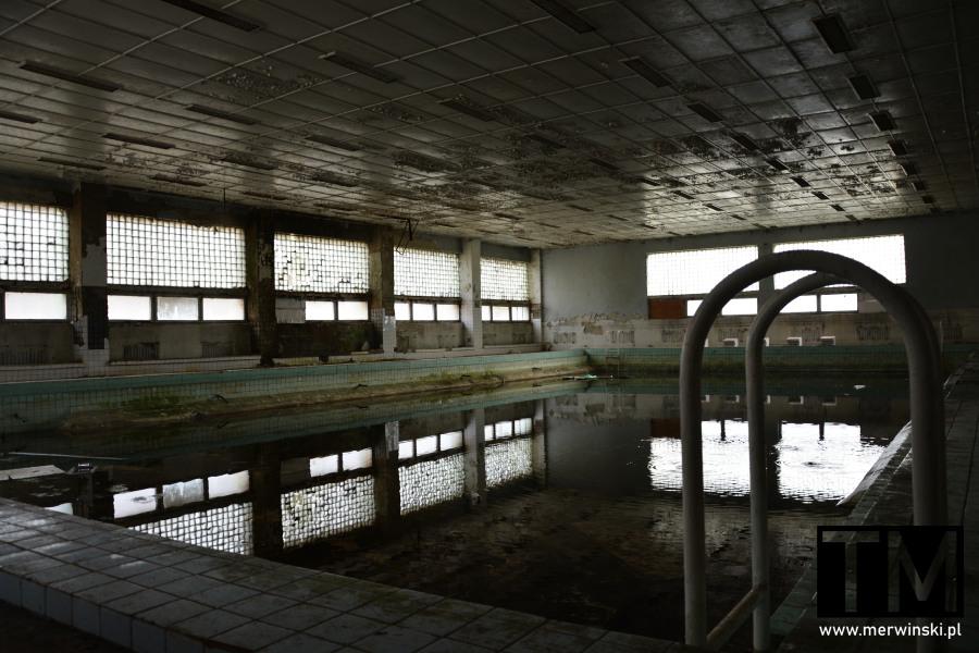 Basen przy opuszczonym szpitalu w Legnicy