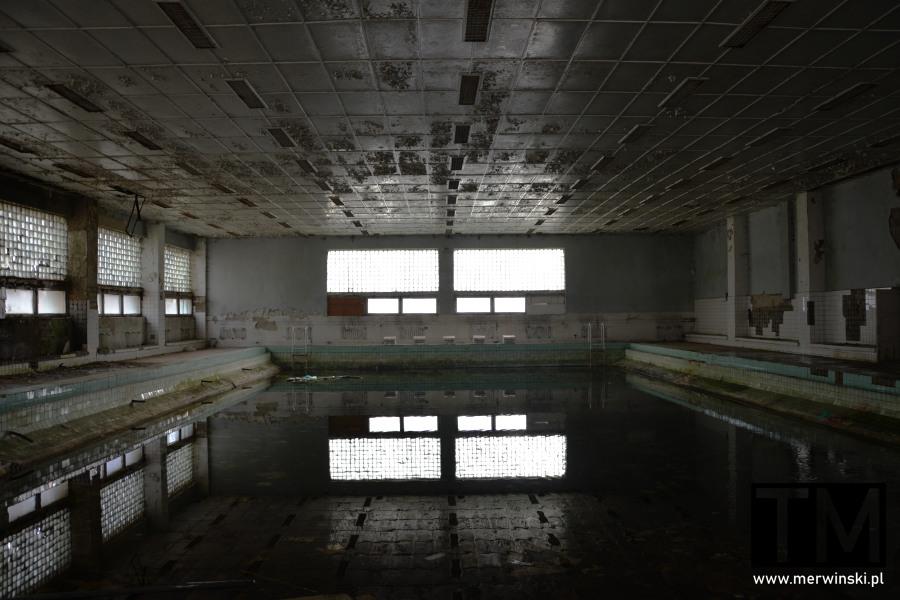 Opuszczony basen na terenie poradzieckiego szpitala w Legnicy
