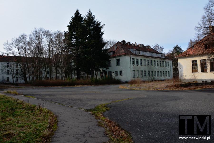 Widok na budynki opuszczonego szpitala w Legnicy