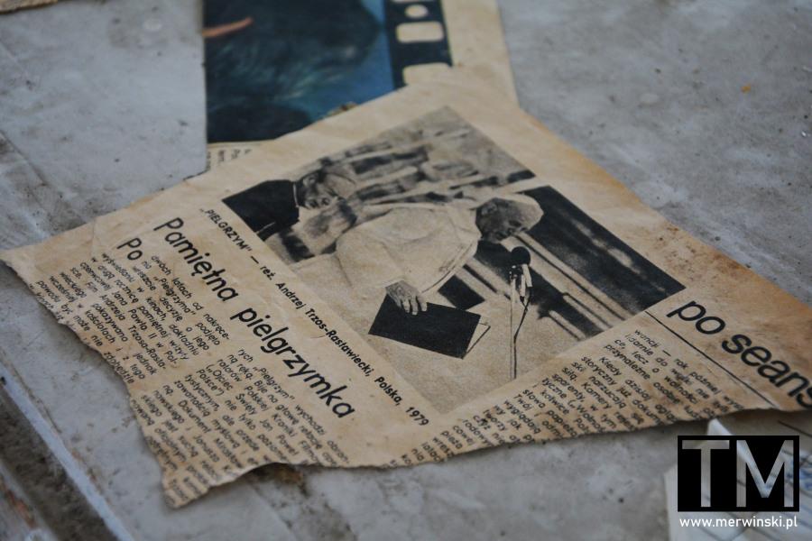 Fragment gazety z papieżem w opuszczonym szpitalu w Legnicy