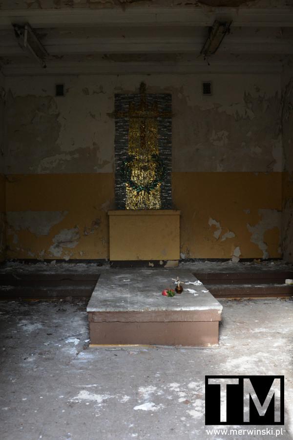 Wnętrze opuszczonej kaplicy przy szpitalu w Legnicy