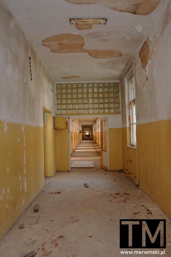 Korytarz głównego poradzieckiego budynku szpitalnego w Legnicy