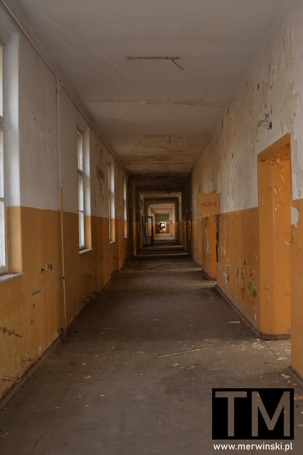 Korytarz szpitala poradzieckiego w Legnicy