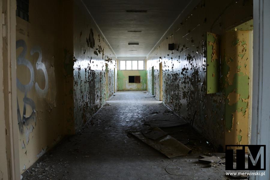 Korytarz główny w budynku głównym poradzieckiego szpitala w Legnicy