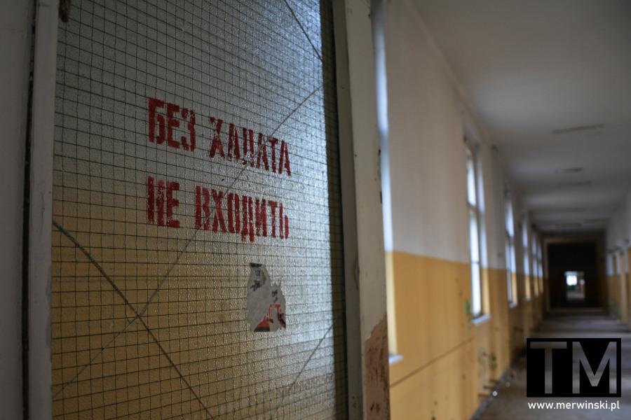 Szklane drzwi z rosyjskim napisem w opuszczonym szpitalu w Legnicy