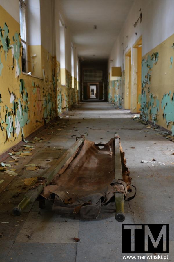 Nosze na korytarzu szpitalnym w Legnicy