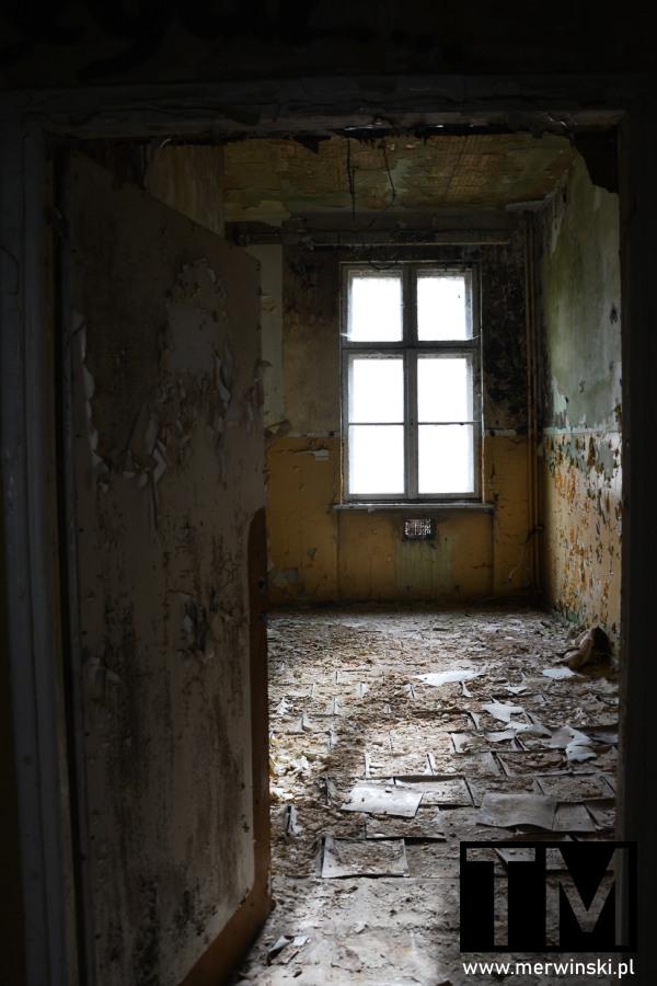 Okno w zniszczonym pomieszczeniu poradzieckiego szpitala w Legnicy