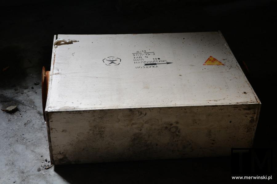 Skrzynka ze znakiem radioaktywności w legnickim szpitalu poradzieckim