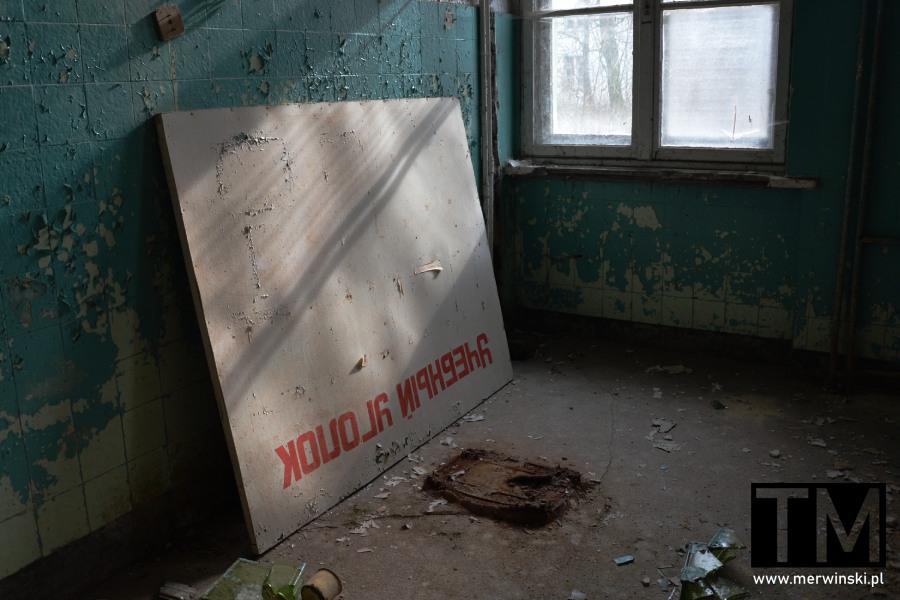 Rosyjska tablica w poradzieckim szpitalu w Legnicy