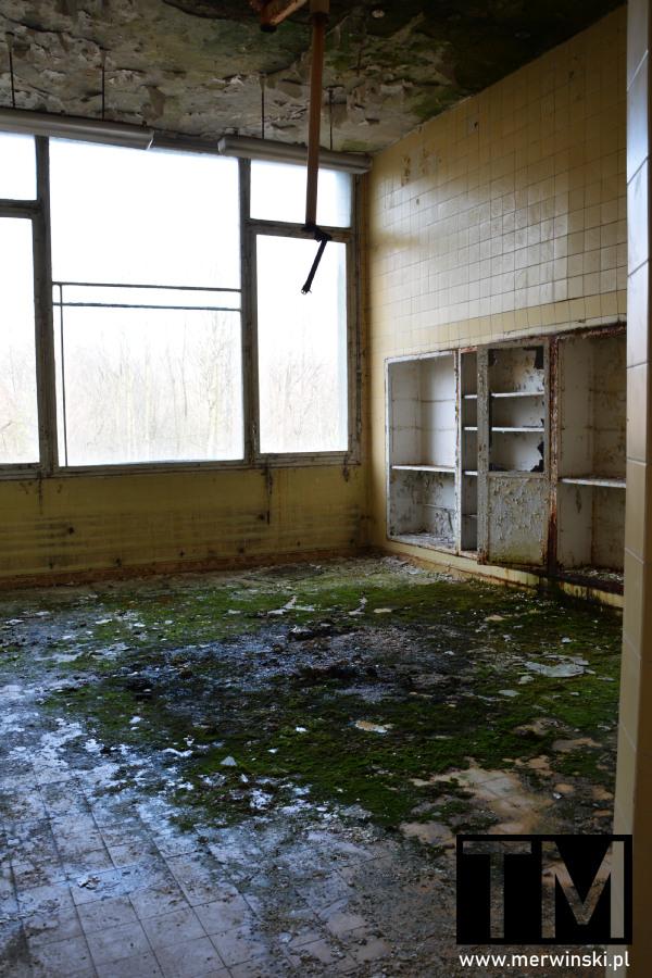 Zniszczone szpitalne pomieszczenie w Legnicy