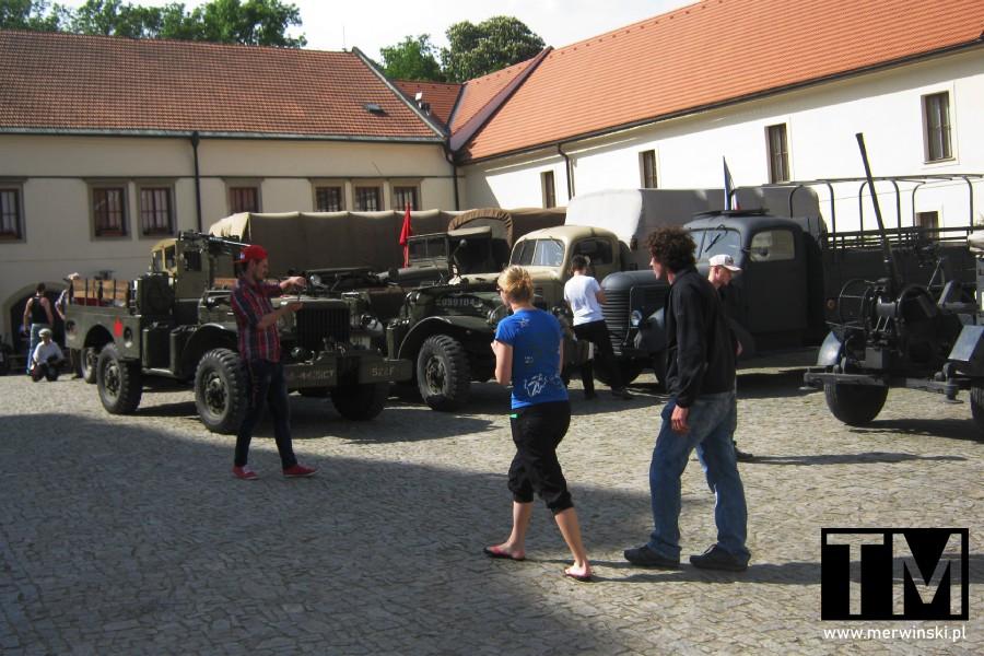 Pojazdy historyczne przed zamkiem w Czechach
