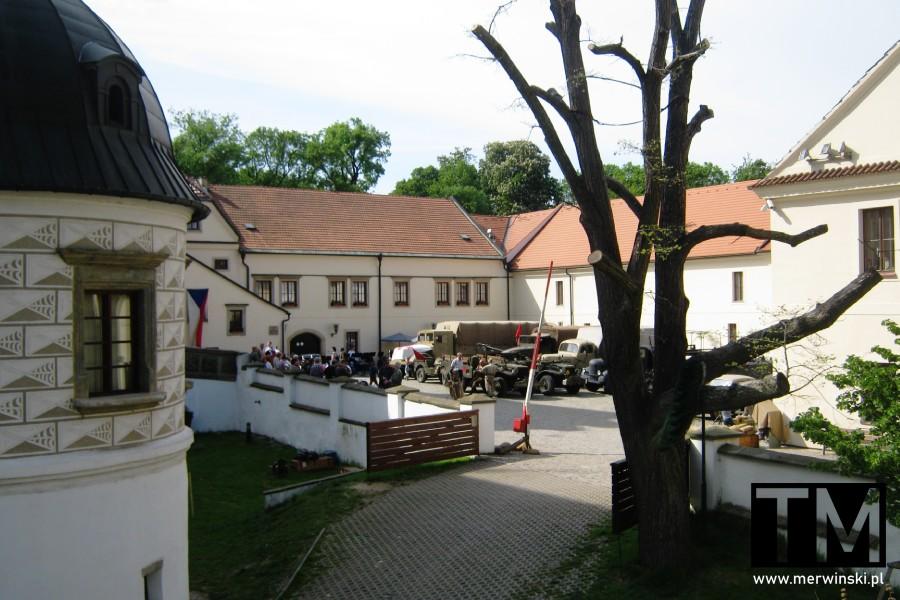 Plac przed pardubickim zamkiem w Czechach