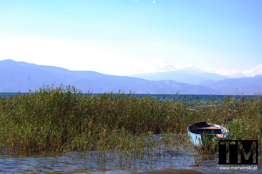 Widok na góry Galiczica z brzegu Jeziora Ochrydzkiego