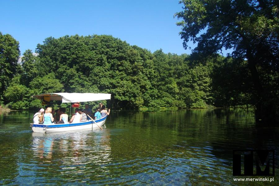 Łódź z turystami przy źródłach Czarnego Drinu