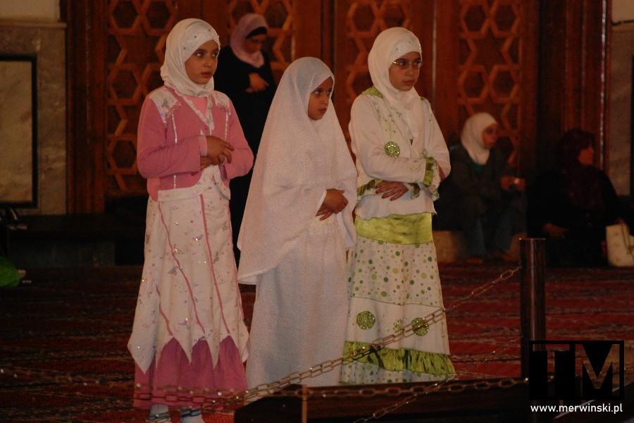 Modlące się dziewczynki w Syrii
