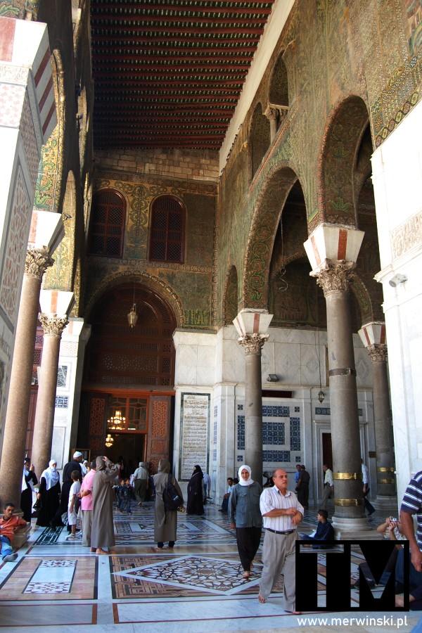 Pod arkadami w Meczecie Umajjadów w Syrii