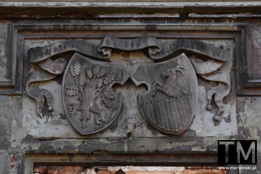 Herby rodowe von Roederów i von Boninów w Gałowie