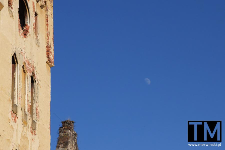 Pałac w Gałowie i księżyc