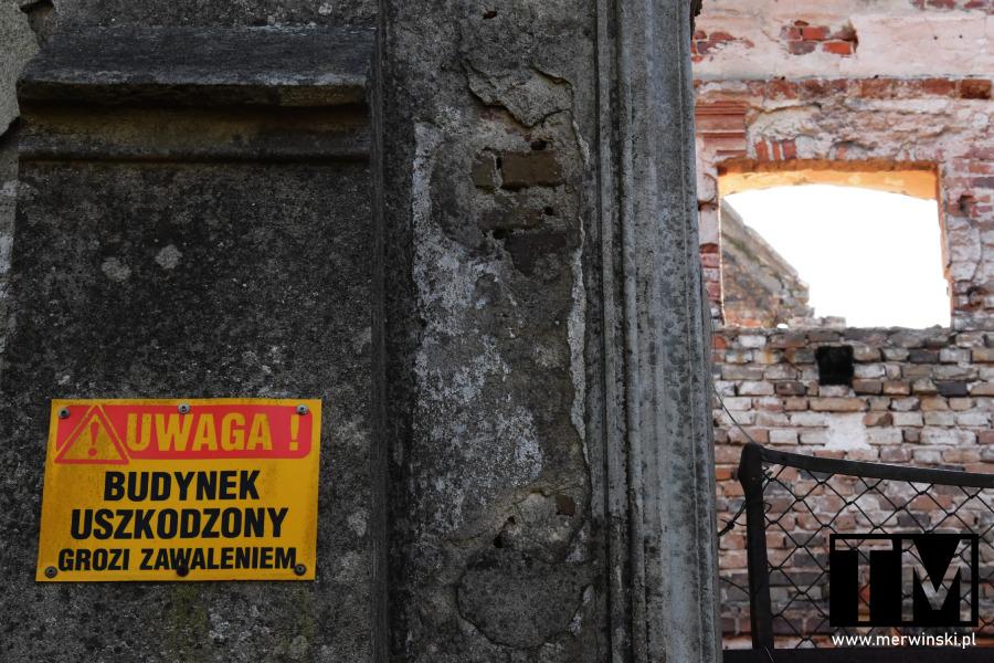Znak ostrzegający przed zawaleniem budynku