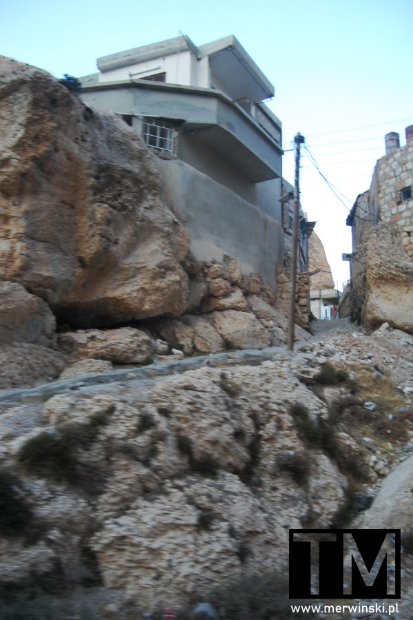 Dom na skałach w Syrii