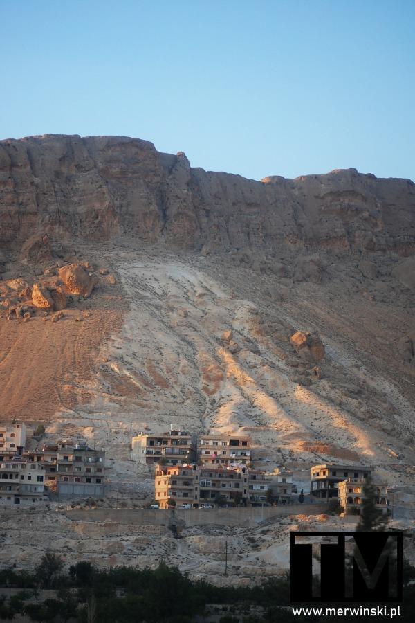 Domy na skałach w Maalouli