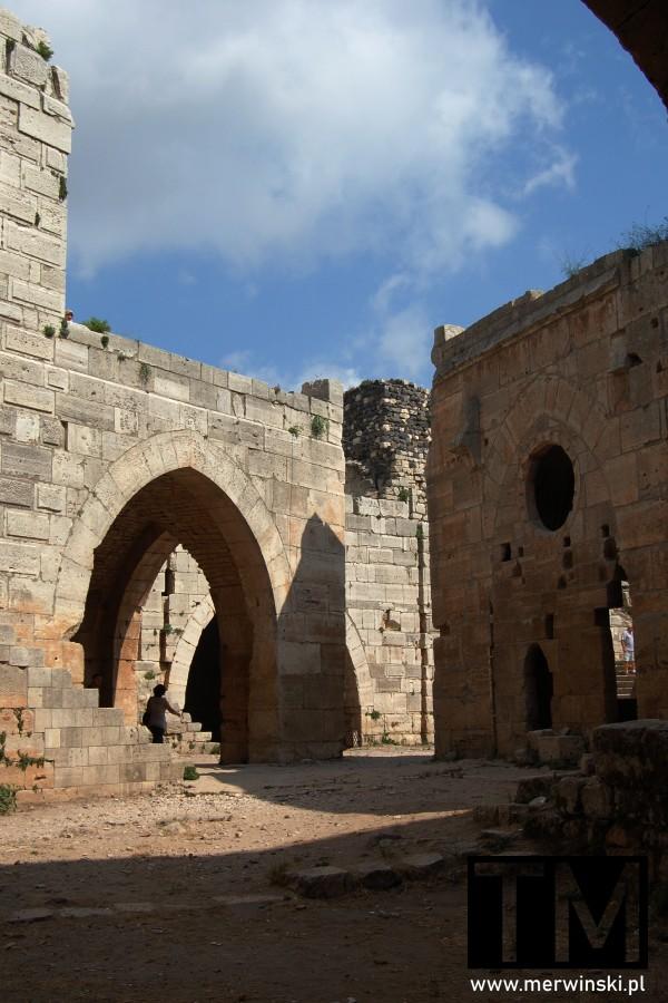 Zabudowania na terenie Krak des Chevaliers w Syrii